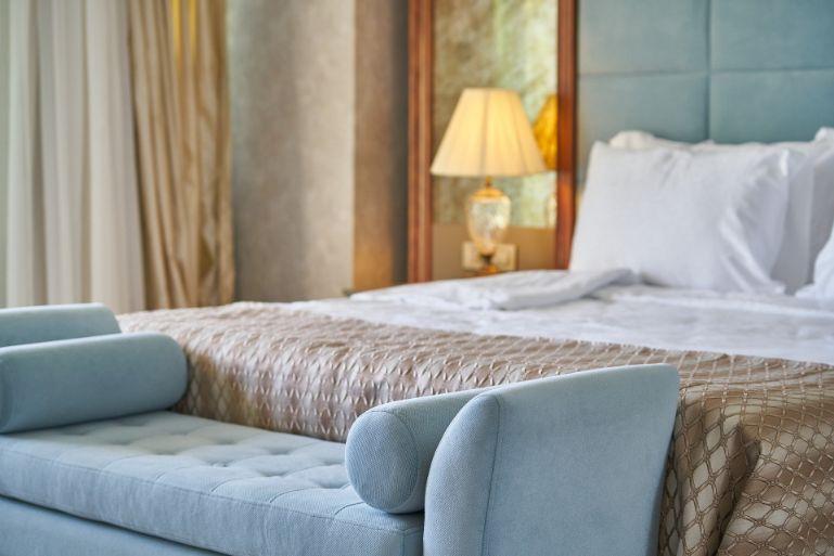 1. Lumina în cameră - pat albastru deschis